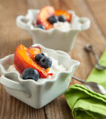 Cottage cheese with blueberries and caramelized peaches — Stock Photo