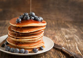 Stack of pancakes with fresh blueberry and maple syrup — Stock Photo