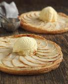 Apple tart with vanilla ice cream on wooden background. — Stock Photo