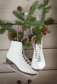 Vánoční dekorace s brusle — Stock fotografie