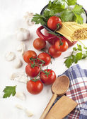 Italian Pasta with tomatoes, garlic, olive oil and italian parsley — Stock Photo
