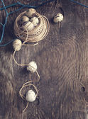 пасхальное украшение с перепелиными яйцами и филиалов на деревянной доске. — Стоковое фото