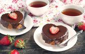 心形巧克力和草莓的蛋糕 — 图库照片