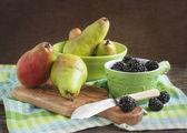 Fresh blackberries and pears — Stock Photo