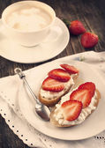 Fresh bread with Cottage cheese, strawberry and honey. — Stock Photo