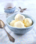 Vanilla ice cream in blue bowl — Stock Photo