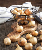Pearl onions on a wooden table — Stock Photo
