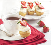 Cupcake and cup of tea — Stock Photo
