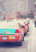 TORONTO, CANADA - APRIL 12: Taxi cabs lined up waiting for customers — Stock Photo