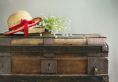 Summer blue flowers, old books and straw hat on old vintage ches — Foto Stock