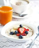 Gesundes frühstück mit haferflocken und beeren — Stockfoto