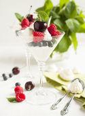 Mousse de chocolate blanco con fresas y merengue — Foto de Stock