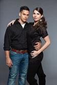 Divers jeune couple ensemble. vêtus de noir. — Photo