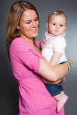 Szczęśliwa młoda matka w miłości z jej córeczkę. — Zdjęcie stockowe