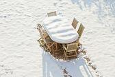 雪で覆われた木製ガーデン家具. — ストック写真