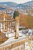 Oude balkon met dorp in de vallei van de sneeuw. — Stockfoto