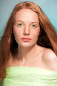 Krása portrét smějící se ženy s červenými vlasy. — Stock fotografie