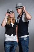 Felice giovane coppia uomo e donna in amore. indossa il cappello. — Foto Stock