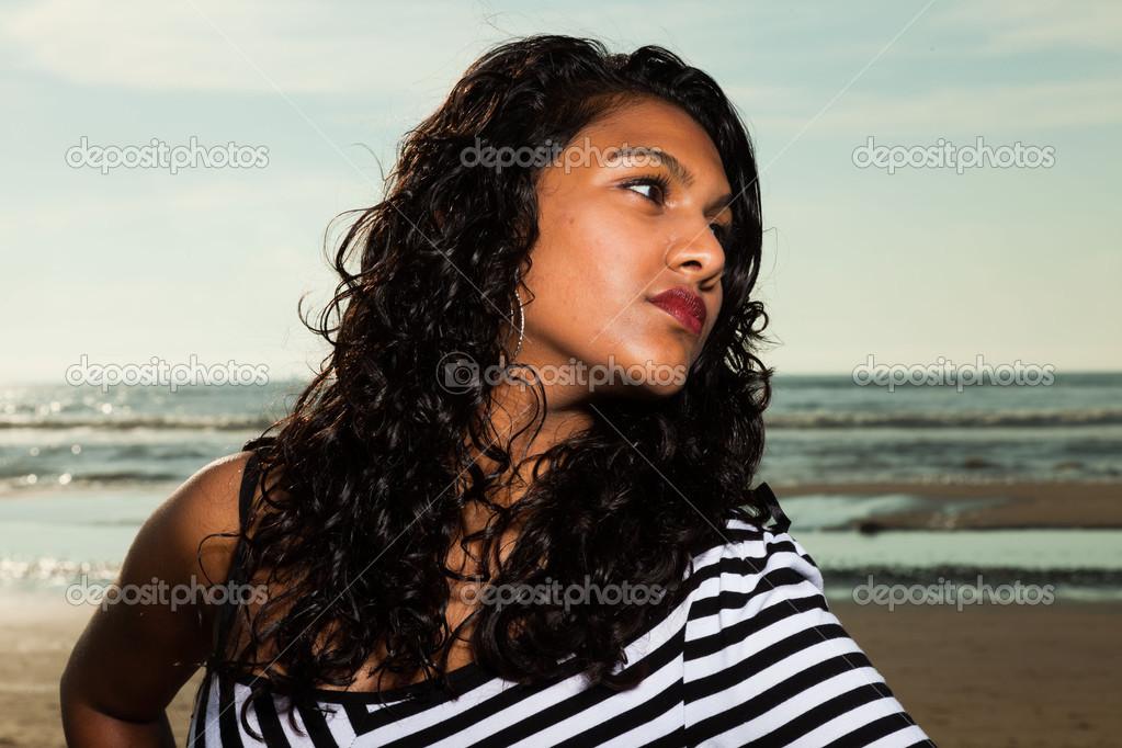 夏季海滩上长头发的漂亮印度女孩— 照片作者 ysbrand图片