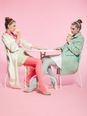Estilo de moda de cabelo loiro dos anos cinquenta duas garotas comendo sorvete — Foto Stock
