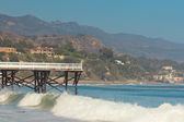 White wooden pier on the beach of Malibu. USA. California. — Stock Photo