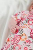 Gros plan de main de bébé. studio tourné. — Photo