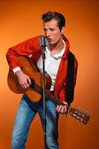 Retro 50er jahre rock'n'roll musiker akkustik gitarre spielen. stu — Stockfoto