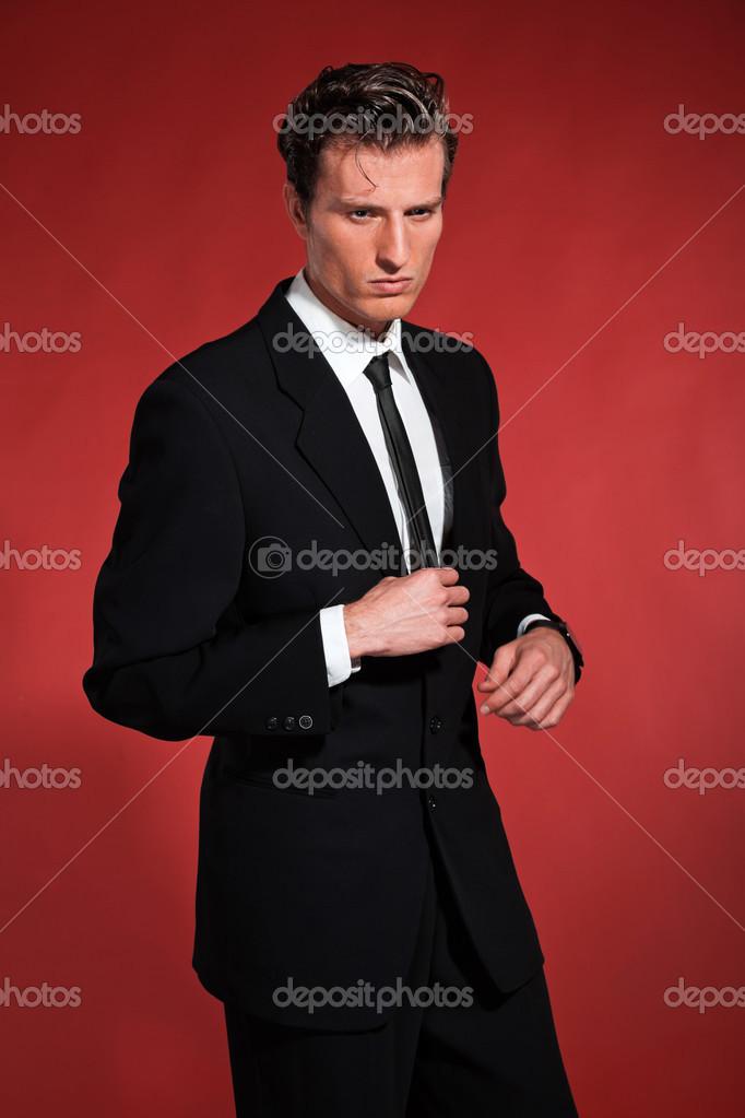 homme de mode vintage des ann es 50 avec le costume noir. Black Bedroom Furniture Sets. Home Design Ideas
