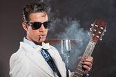 Retro rock-and-roll-sänger, die weißen anzug und schwarzer sonnenbrille tragen — Stockfoto