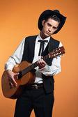 Paese retrò maschio chitarrista indossa cappello e abito nero. Stu — Foto Stock