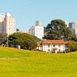 Green park with white skyscraper skyline in San Francisco. Blue  — Stock Photo