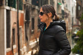 Young brunette woman with sunglasses on bridge in Venice. Italy. — Stock Photo