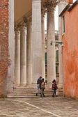 Old buildings with tree and cloudy sky in Venice. Italy. Tourist — Stock Photo