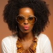 Retro 70s fashion black woman with sunglasses and white shirt. B — Stockfoto