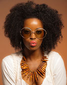 Retro 70s fashion black woman with sunglasses and white shirt. B — Stock Photo
