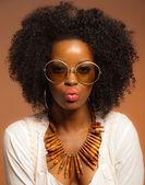 Retro 70s fashion black woman with sunglasses and white shirt. B — Stock Photo