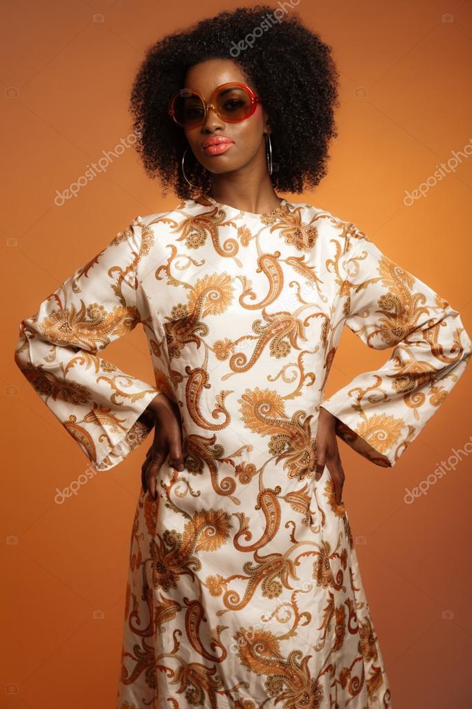 r tro ann es 70 mode africaine femme avec robe de paisley et lunettes photo 26782401. Black Bedroom Furniture Sets. Home Design Ideas