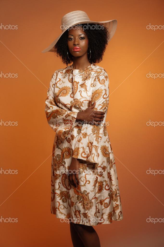 R tro ann es 70 mode femme afro avec cachemire robe et chapeau blanc b photographie ysbrand - Mode annee 70 femme ...
