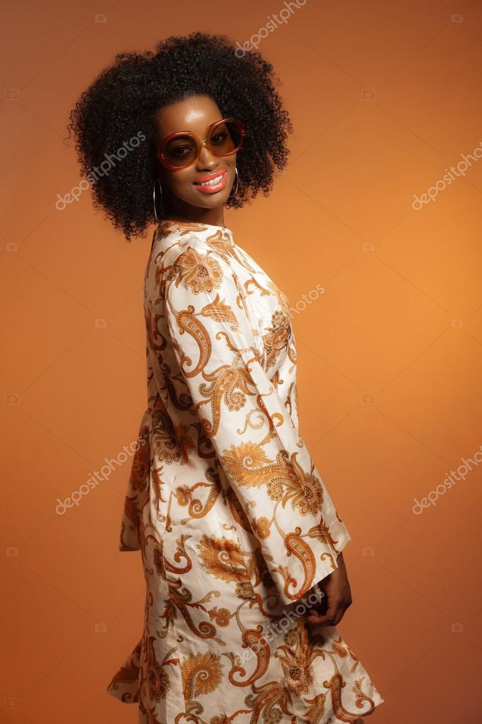 r tro ann es 70 mode africaine femme avec robe de paisley et lunettes photo 26782983. Black Bedroom Furniture Sets. Home Design Ideas