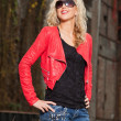 Pretty young woman with long blonde hair and black sunglasses. U — Stock Photo