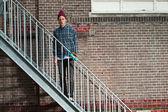 Fajne skater z wełniany kapelusz stojący na schody żelaza. jego — Zdjęcie stockowe