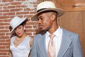 Sposi moda retrò jazz nel vecchio edificio urbano. mi sposo — Foto Stock