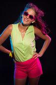 Sexy retro de los años 80 la moda disco chica con el pelo largo rubio y rosa — Foto de Stock