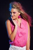 Divertido de los años 80 moda chica con el pelo largo y rubio. fondo negro. — Foto de Stock