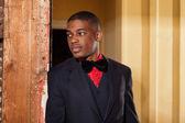 Retro mode afro amerikansk brudgummen bär svart kostym och slips och — Stockfoto