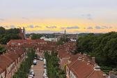 Holandský rezidenční oblast s zelenými stromy a zamračená obloha při západu slunce — Stock fotografie