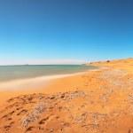 foto panorâmica de longa exposição da praia com o céu azul. issos praia — Foto Stock