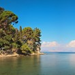 foto panorámica de larga exposición de mar azul con azul cielo nublado en — Foto de Stock   #32574133