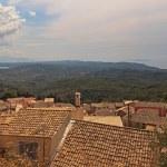 paisaje de montaña verde panorámica con techos de las casas en un sma — Foto de Stock