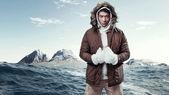Asiatici invernali sport moda uomo nel paesaggio di montagna artica. weahombre de moda de deporte de invierno asiáticos en paisaje de montaña del ártico. wea — Foto de Stock